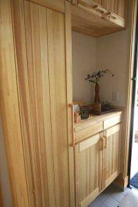 天然木の赤松玄関収納