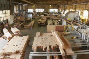 自社プレカット工場。無垢の構造材の加工工場