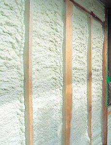 壁や天井は気密性の高いウレタンフォーム吹付