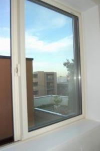 隣の3階建ての家の屋上を超える2階浴室は星空を見ながらの入浴が楽しめる